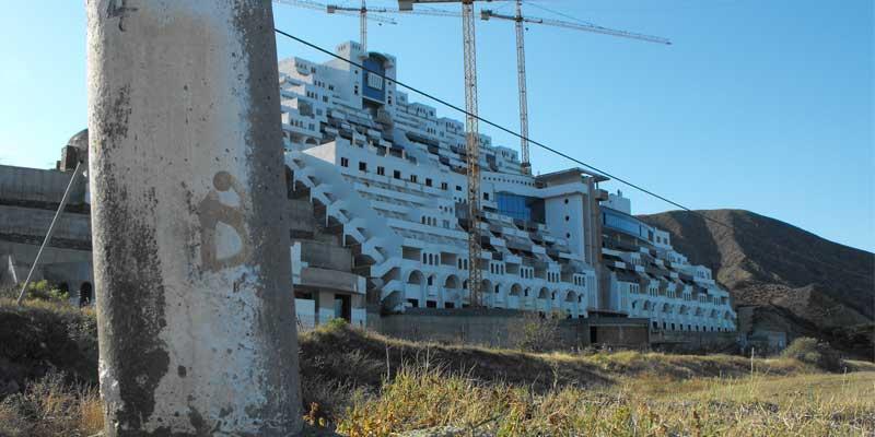 Veinticuatro sentencias judiciales avalan la demolición de El Algarrobico